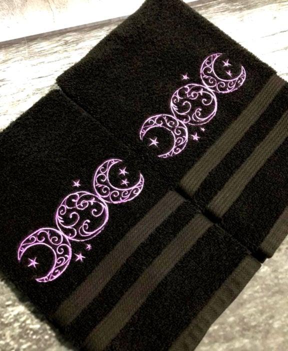 Decoración negra para tu casa; toallas wicca
