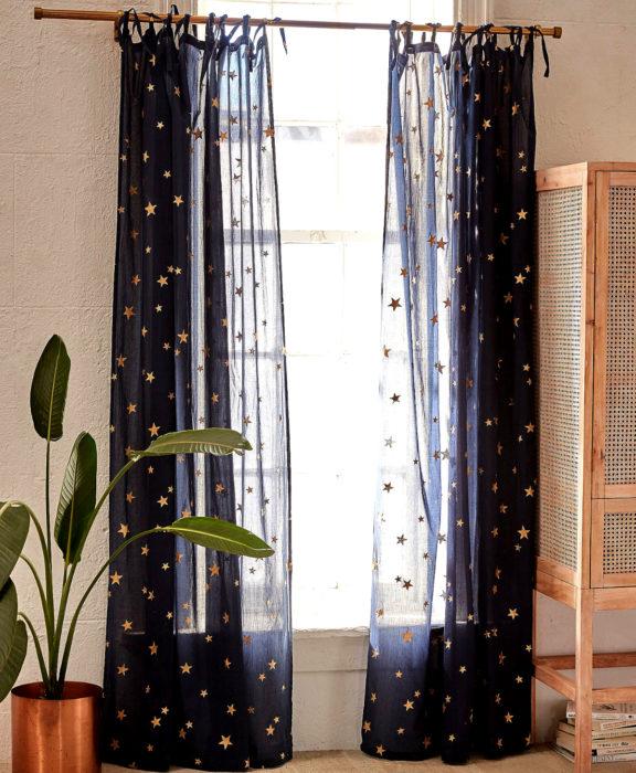 Decoración negra para tu casa; cortinas de estrellas