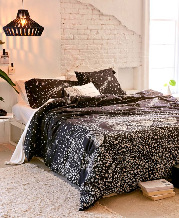 Decoración negra para tu casa; edredón para cama de constelaciones y fase lunar