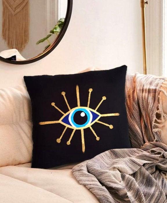 Decoración negra para tu casa; cojín de ojo
