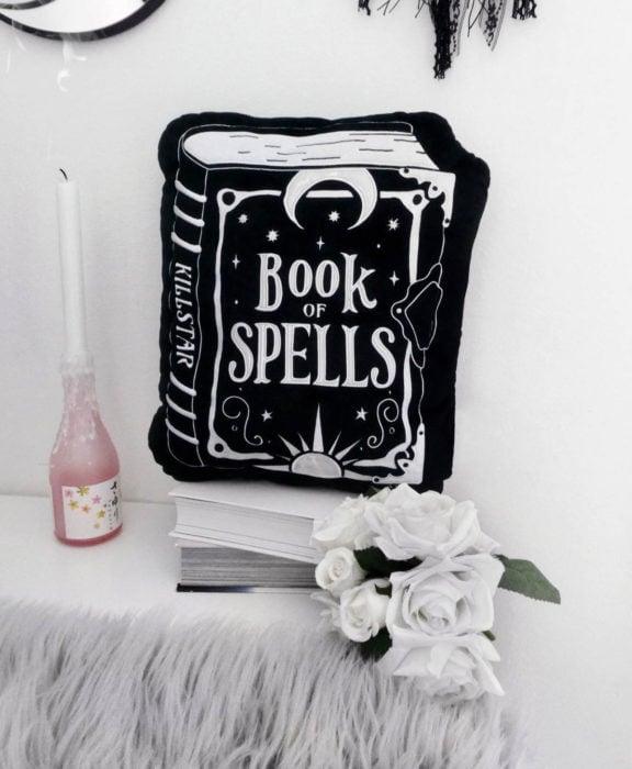 Decoración negra para tu casa; cojín de libro de hechizos