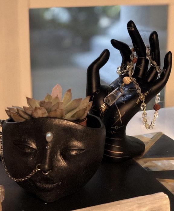 Decoración negra para tu casa; porta anillos de mano, maceta de rostro