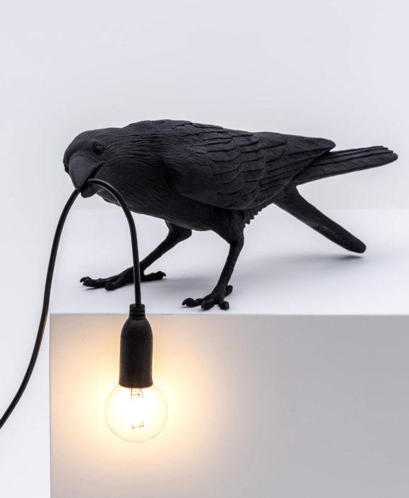 Decoración negra para tu casa; lámpara de cuervo