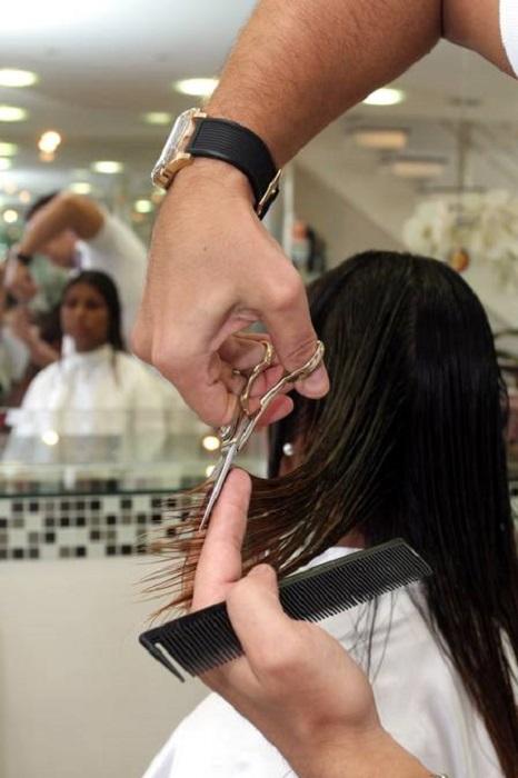 Chica en estética, le despuntan el cabello