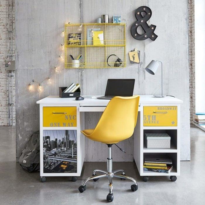 Escritorio con detalles amarillos, silla plastica amarilla de ruedas y giratoria, en habitación de tonos grises
