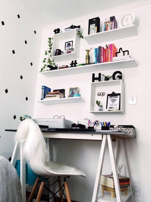 Habitación blanca con repisas, escritorio y silla blanca con detalles negros