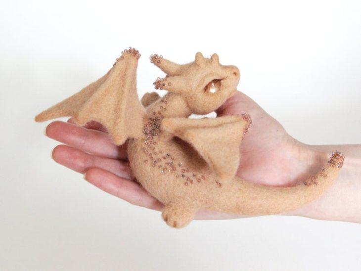 Dragón beige con piedrecillas hecho de fieltro a mano