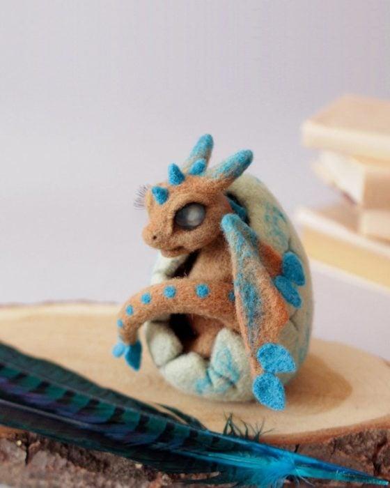 Dragón camel en su huevito blanco con detalles azul hecho a mano y desmontable
