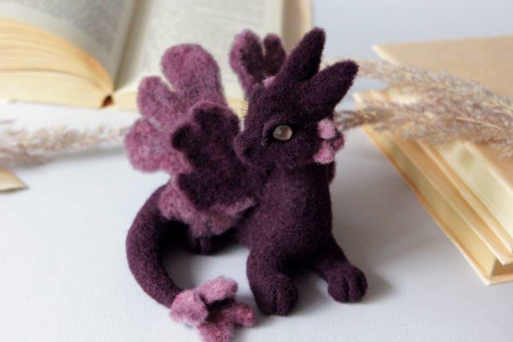 Dragón morado con detalles lilas hecho de fieltro