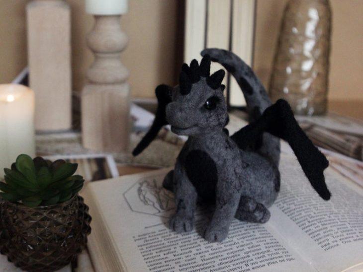 Dragón gris y negro hecho con fieltro a mano
