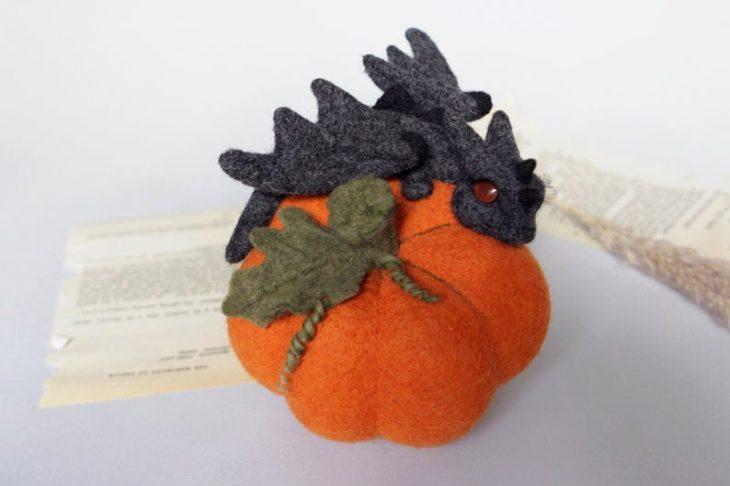 Dragón gris sobre una calabaza