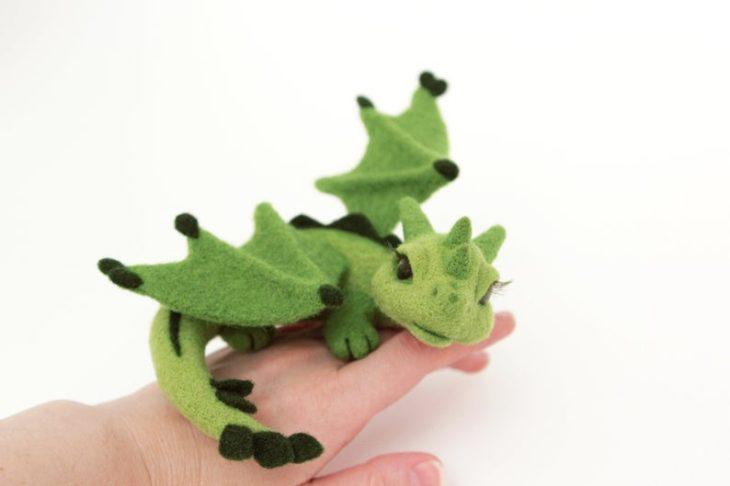Dragón verde hecho de fieltro a mano