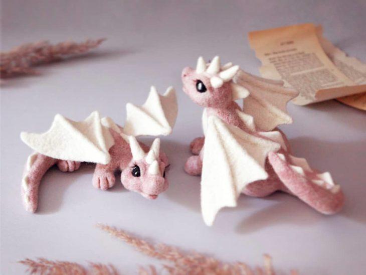 Pareja de dragones rosados con alas blancas hechos con fieltro y a mano