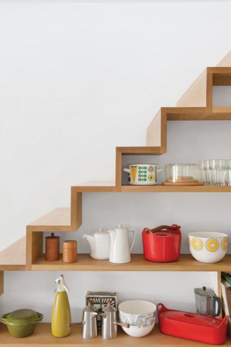 Escaleras que la parte de abajo sirve como repisas para almacenaje