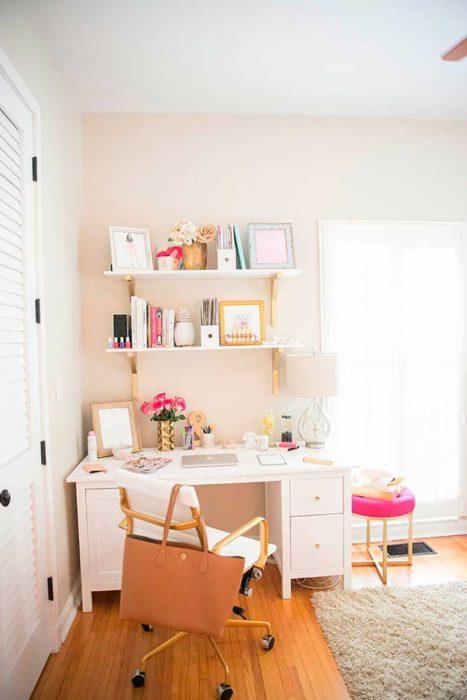 Área de escritorio iluminada y ordenada perfecta para trabajar con mayor concentración