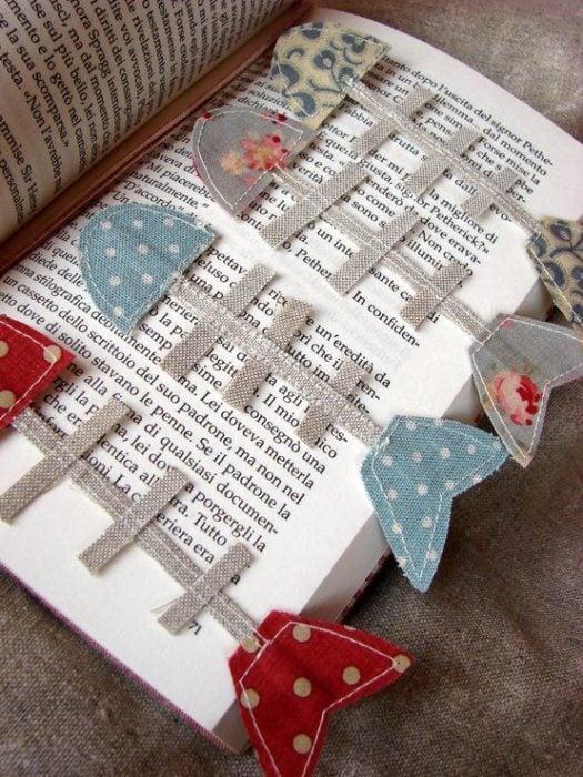 Separador de libro hecho con tela, simulando esqueleto de pescado