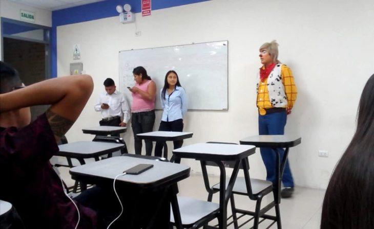 Chico disfrazada de payaso exponiendo en clase, Raúl Rivera