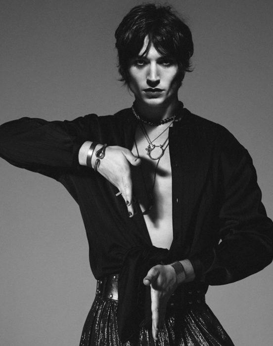 Ezra Miller en Saint Laurent, fotografías en blanco y negro, estilo andrógino, hombre con delineador de ojos y falda