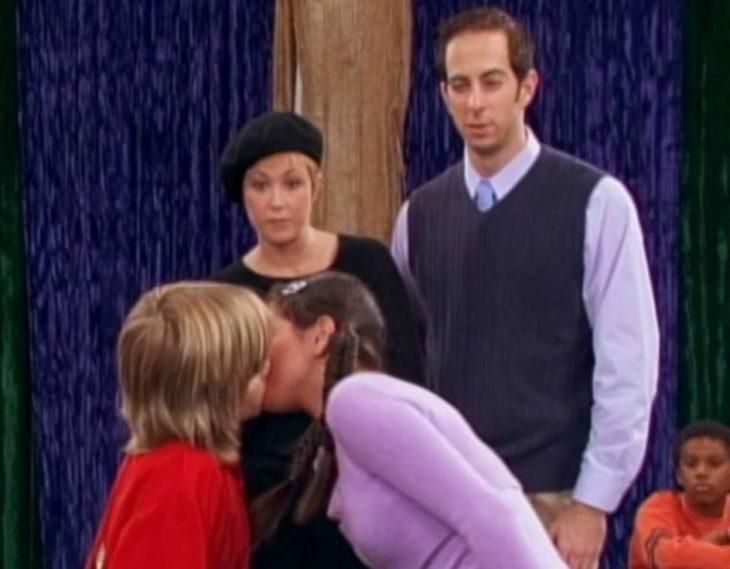 Selena Gomez y Dylan Sprouse es una escena d ebeso para la serie de Disney, Zack y Cody: Gemelos en acción