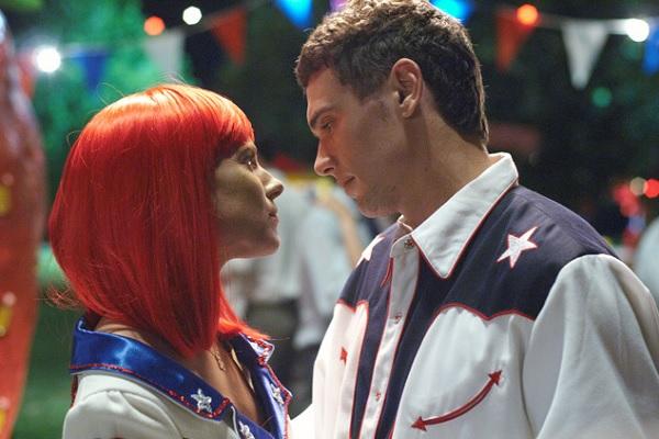 Sienna Miller y James Franco es una escena de beso apasionado