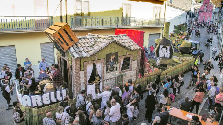 Festival en Molise, Italia. Carro alegórico con ciudadanos al rededor
