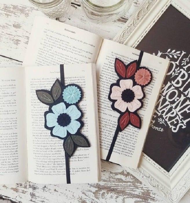 Separador de libro con flor tejida y cordón que abraza las hojas