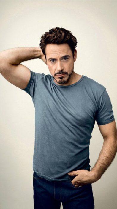Fondo de pantalla para celular con Robert Downey Jr. usando camisa en color azul grisaseo