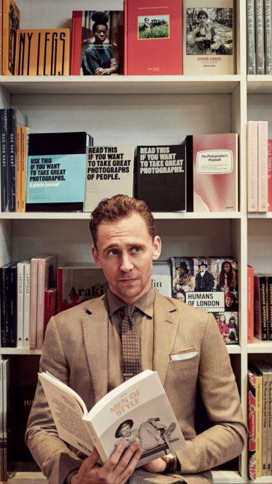 Fondo de pantalla para celular con Tom Hiddleston leyendo dentro de una biblioteca