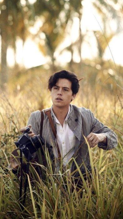 Fondo de pantalla para celular con Cole Sprouse paseando en el bosque