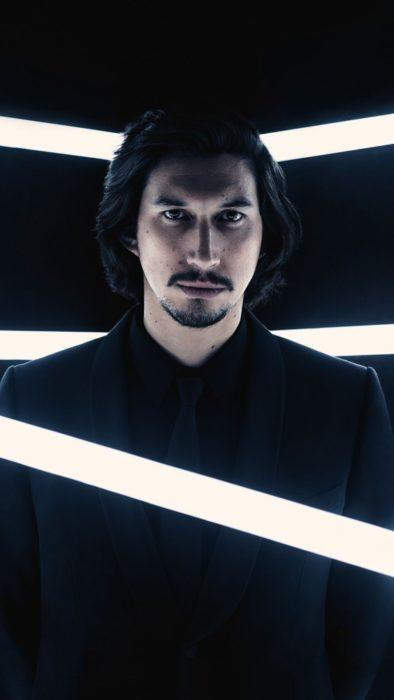 Fondo de pantalla para celular con Adam Driver en un set de luces de Star Wars