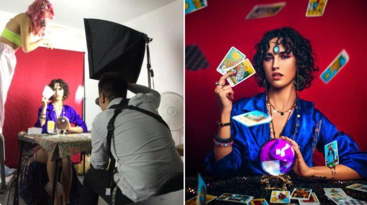 Detrás de cámaras de fotografía de modelo que lee cartas y bola de cristal
