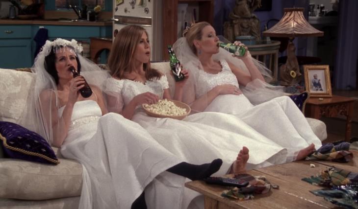 Rachel, Monica y Phoebe de Friends vestidas de novia bebiendo cerveza