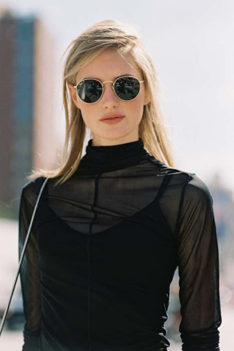 Gafas de sol en traje negro