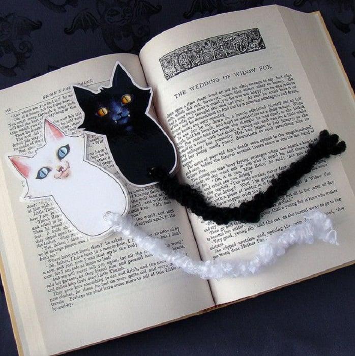 Separadores de libros con diseño de gatitos en blanco y negro y colitas de estambre