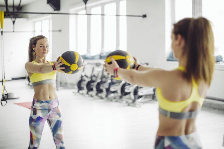 Mujer realizando giros de cintura con pelota