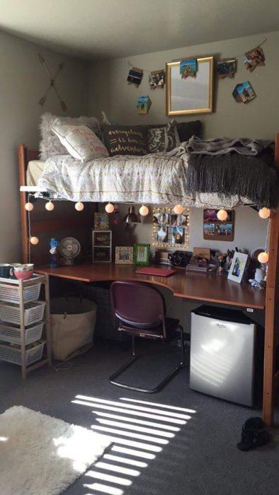 Litera, la parte de arriba se usa como cama y la parte bajo como escritorio
