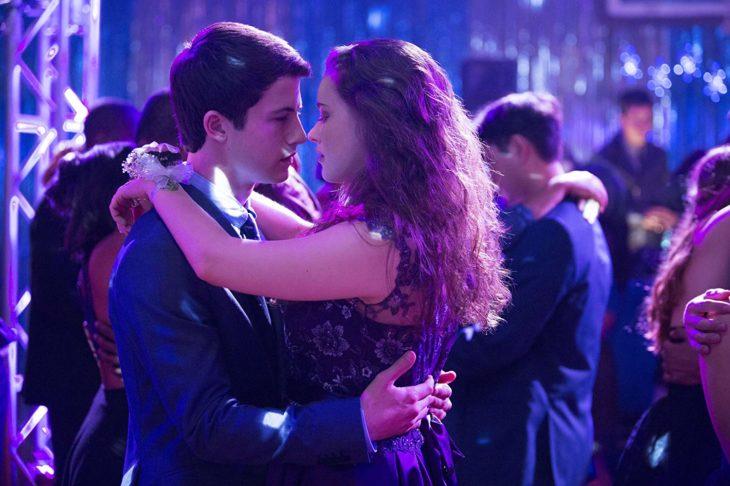 Escena de 13 reasons why cuando en el baile Hannah y Clay están apunto de besarse