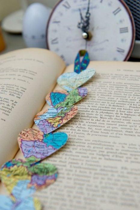 Separador de libro hecho con corazones de mapamundi