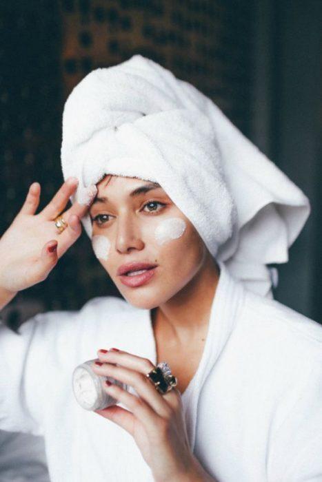 Mujer saliendo de una ducha hidrata su piel