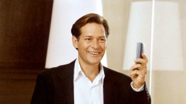 Richard Wrightde la serie Sex and the city usando un teléfono celular