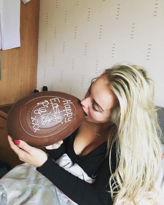 Jen mordiendo un huevo de chocolate