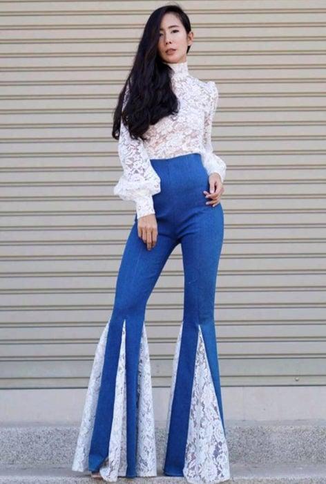 Jeans acampanados con tulle blanco