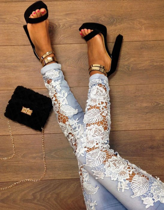 Jeans con encaje blanco