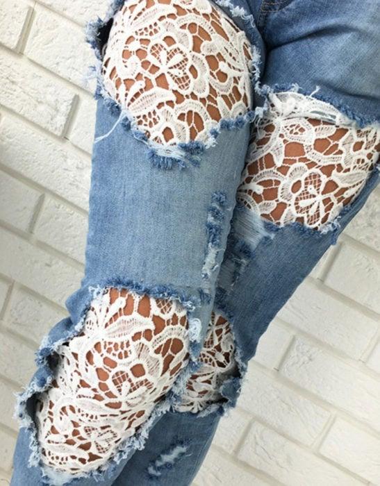 Jeans desgastados con encaje blanco