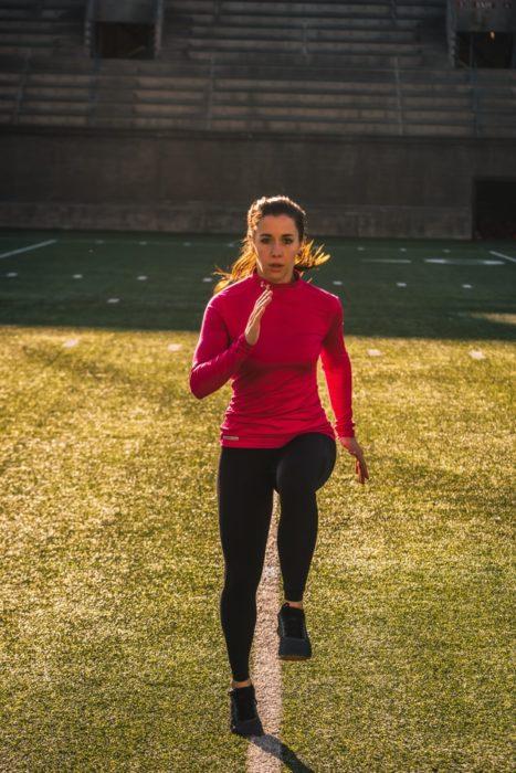 Mujer realizando jogging en espacio fijo