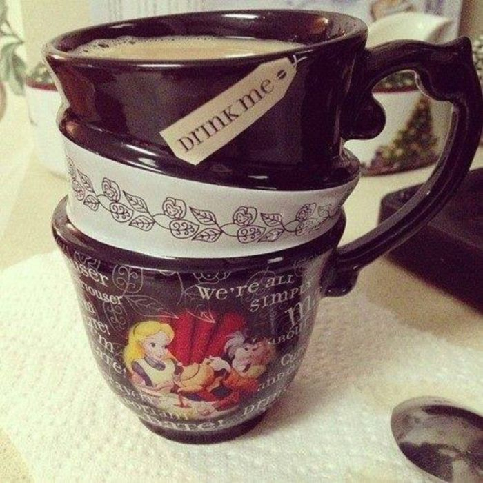 Taza cafetera inspirada en Alicia en el país de las maravillas