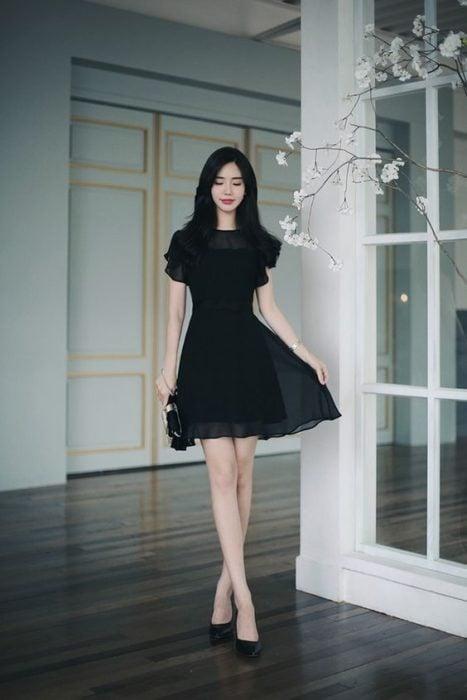Little black dress de maga corta con cuello redondo forro y transparencia