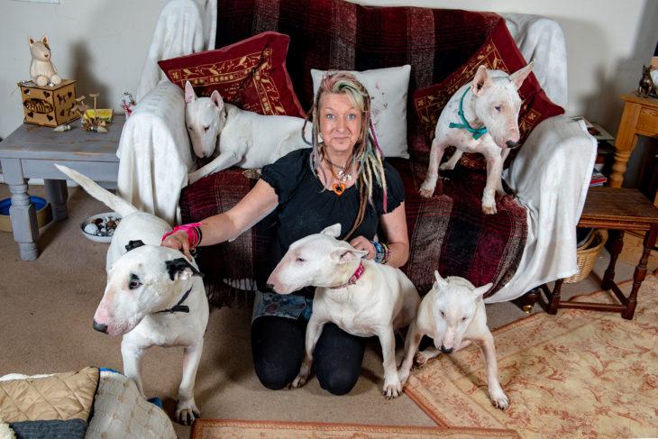 Liz en su sala con sus perritos bulldog