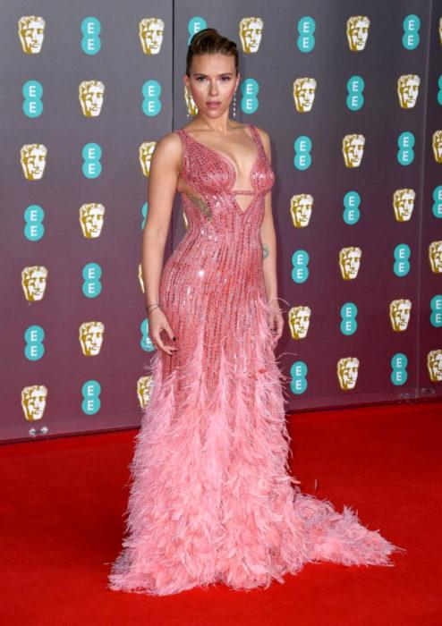Mejores looks de la alfombra roja de los premios BAFTA 2020; Scarlett Johansson, vestido rosa de lentejuelas y plumas Versache