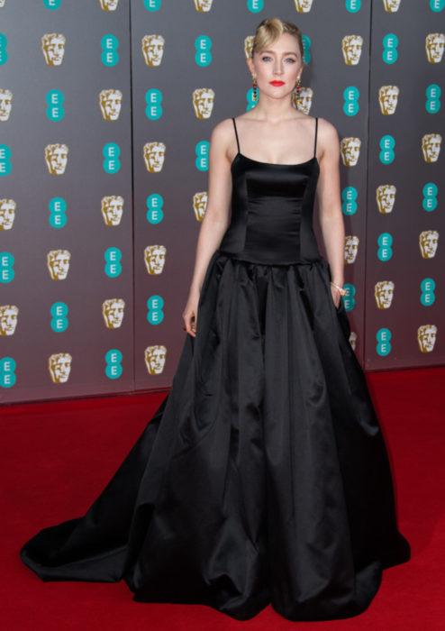 Mejores looks de la alfombra roja de los premios BAFTA 2020; Saoirse Ronan, vestido negro Gucci